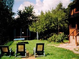 Zahrada s velkou trampolínou, ping-pongovým stolem a lehátky