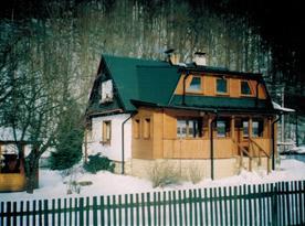 Zimní pohled na chatu s novou přístavbou