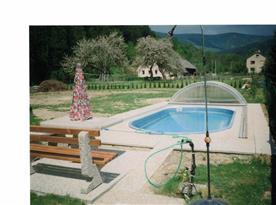 Stylové posezení u bazénu