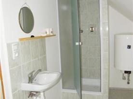Koupelna v patře se sprchou, umyvadlem a toaletou