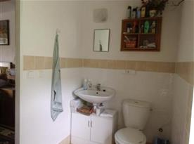 Sociální zařízení se sprchou, umyvadlem a toaletou