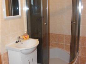 Koupelna se sprchou a umyvadlem v přízemí