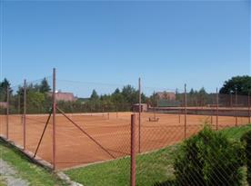 Tenisové kurty nedaleko objektu