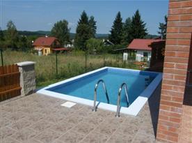 Bazén vedle objektu