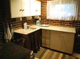 Kuchyně s rychlovarnou konvicí, mikrovlnnou troubou a lednicí