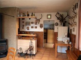 Pohled ze společenské místnosti na kuchyni