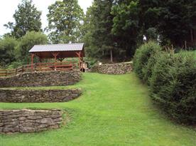 Pozemek u chalupy s venkovním zastřešeným posezením