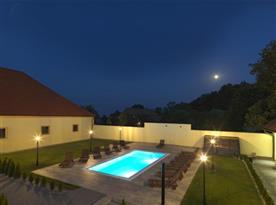 Osvětlený bazén s výhledem na hrad Buchlov