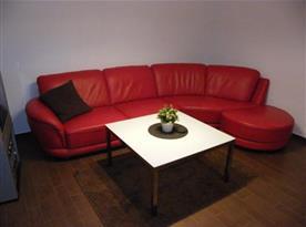 Obývací pokoj se sedací soupravou, televizí a krbovými kamny