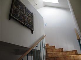 Prosvětlené schodiště do podkroví