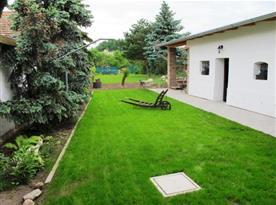 Dvůr s velkou zatravněnou zahradou a zastřešeným posezením