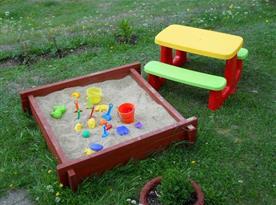 Píškoviště na zahradě s dětským posezením
