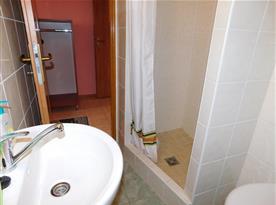 koupelna jedné ze dvou ložnic podkrovního apartmánu