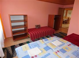 jedna ze dvou ložnic podkrovního apartmánu