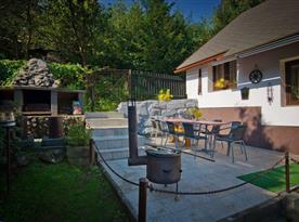 Letná terasa s kamenným grilom a pohodlným posedením