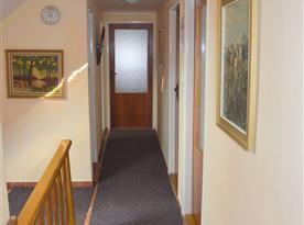 Chodba v podkroví, z ktorej má každá izba samostatný vchod