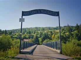 Most lásky a priateľstva, ktorý tvorí vstup do osady, kde sa Cyklo Chata nachádza