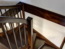 Točité schodiště ze společenské místnosti do podkroví
