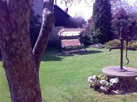 Pohled na zahradu s houpačkou