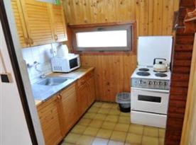 Plně funkční kuchyně přístupná z jídelny