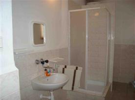 Koupelna s toaletou, srchovým koutem, umývadlem a zrcadlem