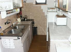 Kuchyně s linkou, lednicí, sporákem, mikrovlnou troubou a rychlovarnou konvicí