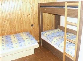 Pokoj s patrovou postelí a lůžkem