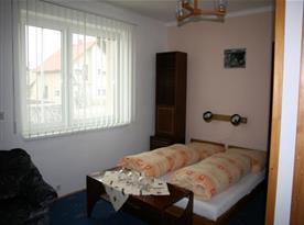 Pokoj s lůžky a lampičkami