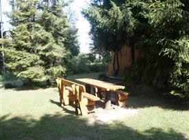 Venkovní posezení na zatravněném pozemku u chaty
