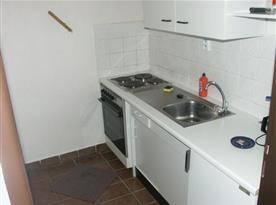 Kuchyně s linkou, sporákem, troubou, lednicí a kávovarem