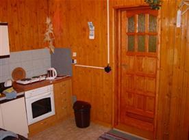 Kuchyně s linkou, dvouplotýnkovým vařičem, lednicí, mikrovlnou troubou a rychlovarnou konvicí