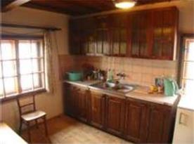 Kuchyně s linkou, lednicí, čtyřplotýnkovým vařičem a rychlovarnou konvicí