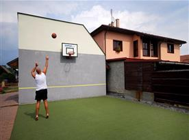 Tenisová zeď s basketbalovým košem