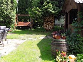 Zahrada s posezením a zahradní houpačkou