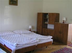 Ložnice s lůžky, lampičkami a skříní