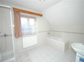 Koupelna s vanou, umývadlem a zrcadlem v patře