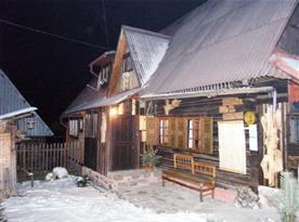 Zimní pohled na chalupu ze dvora