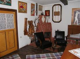 Obytná místnost s posezením a krbem