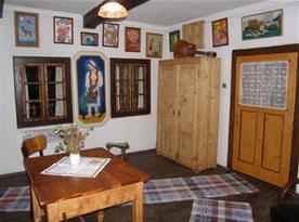 Obytná místnost se stolem a skříní