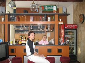 Bar sposezením a příjemnou obsluhou