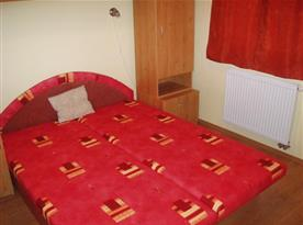 Ložnice s manželskou postelí a skříní