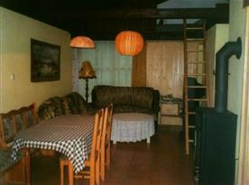 Obytná místnost s jídelním koutem a krbovými kamny