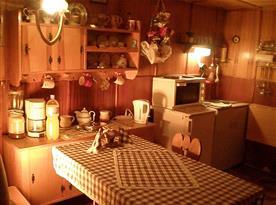Kuchyňka s lednicí, vařičem a varnou konvicí