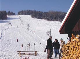 Lyžařské vleky jsou v blízkosti horské chaty