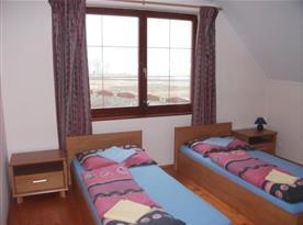 Ložnice B s postelemi a nočními stolky
