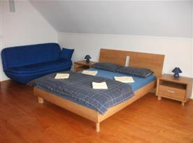 Ložnice E s manželskou postelí a sedačkou