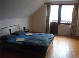 Ložnice E s manželskou postelí a balkonem