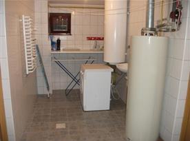 Prádelna s pračkou, umývadlem a sušákem