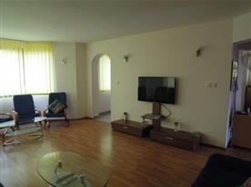 Komfortní obývací pokoj s TV a sedačkou