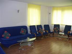 Obývací pokoj se sedací soupravou a křesly